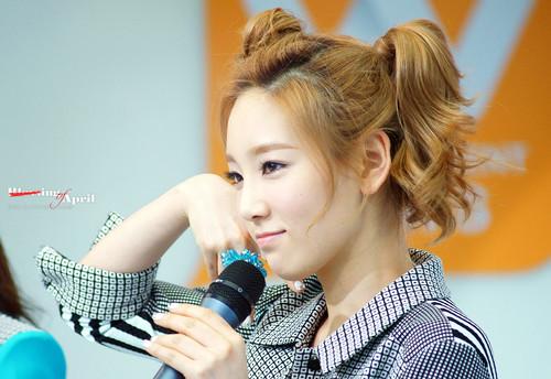 Kim Taeyeon karatasi la kupamba ukuta possibly with a portrait titled Taeyeon @ Mnet Wide News Entertaiment Open Studio