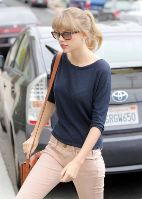 Taylor Swifthouse on Taylor Leaving Her Friend S House  May 1    Taylor Swift Photo