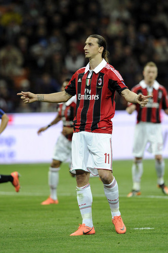 Zlatan Ibrahimovic fond d'écran possibly with a fullback, a football player, and a running back titled Z. Ibrahimovic (Inter - AC Milan)