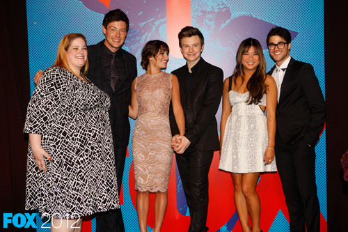 Darren Criss 壁纸 possibly with a business suit and a bridesmaid called [more pictured] Darren 狐狸 upfronts 2012