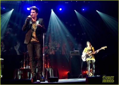Adam Lambert: Leopard Print シャツ at Fantabuloso Concert!