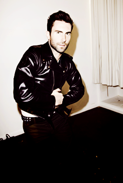 Adam Levine Hintergrund possibly containing a living room, a family room, and a höhle, den called Adam