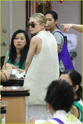 Ashley Olsen - Nail Salon Stop, May 09, 2012