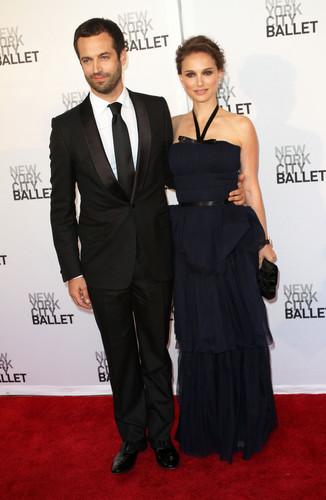 Attending the New York City Ballet's Spring Gala at David H. Koch Theater, ইংল্যাণ্ডের লিংকনে তৈরি একধরনের ঝলমলে সবুজ রঙের কাপড় Center, NYC (May