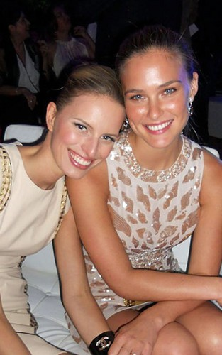 Bar Refaeli and Karolina Kurkova at the Pronovias Fashion hiển thị in Barcelona