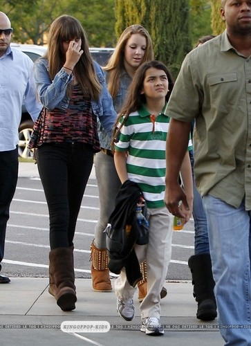 Blanket Jackson with his sister Paris Jackson and Paris's বন্ধু