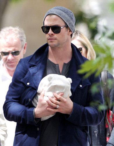 Chris Hemsworth &amp; Elsa Step Out With Baby India - chris-hemsworth Photo