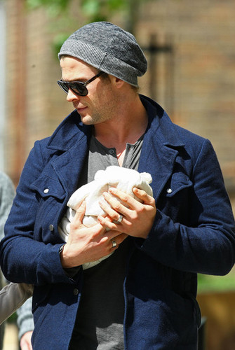 Chris Hemsworth & Elsa Step Out With Baby India - chris-hemsworth Photo