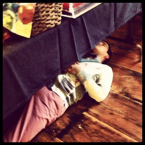 Darren napping under میز, جدول on the Glee set