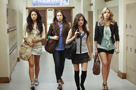 Pretty Little Liars wallpaper possibly containing bare legs, hosiery, and a playsuit titled Emily, Spencer, Aria, and Hanna at school