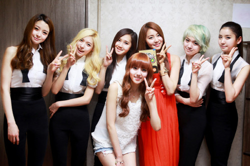 Hello Venus achtergrond probably with a bridesmaid and a portrait called Hello Venus with uee