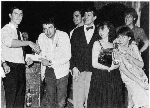 Hugh Laurie being presented the Perrier Comedy award Von Rowan Atkinson. Emma Thompson & Stephen Fry