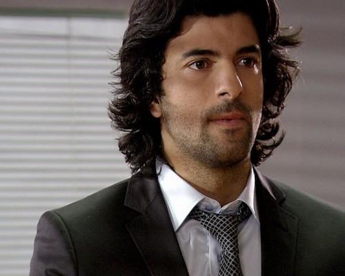 Fatmagül'ün Suçu Ne wallpaper with a business suit, a suit, and a three piece suit called Kerim Ilgaz