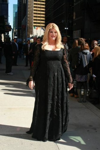"Kirstie Alley makes an appearance on ""Late tampil with David Letterman"""