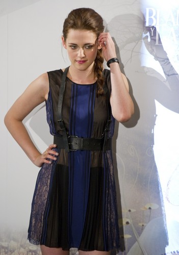 Kristen at a SWATH photocall in Madrid, Spain. {17/05/12}