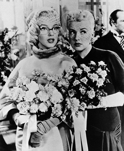 Marilyn Monroe fond d'écran probably with a bouquet called Marilyn Monroe and Betty Grable (How To Marry a Millionaire)