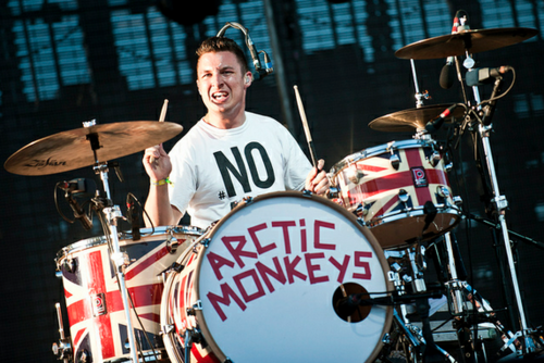 Arctic Monkeys karatasi la kupamba ukuta with a snare drum, a tenor drum, and a drummer, ngoma titled Matt Helders