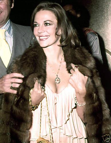 natalie wood wallpaper containing a pele, peles casaco entitled Natalie :)