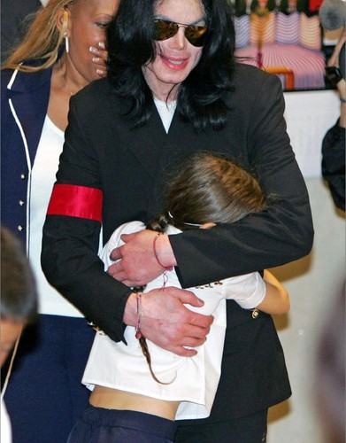Paris Jackson hugging her daddy Michael Jackson ♥