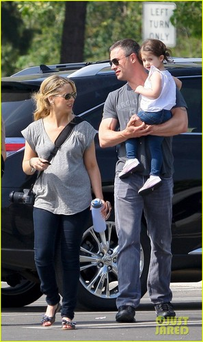 Sarah Michelle Gellar: Baby Bump at the Zoo! - sarah-michelle-gellar Photo