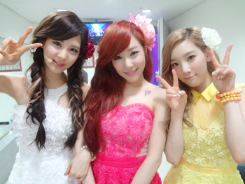 S♥NEISM wallpaper containing a bridesmaid entitled Taeyeon Tiffany Seohyun Selca