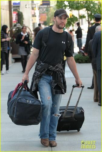 泰勒·克奇 壁纸 titled Taylor Kitsch: Bye Bye, NY