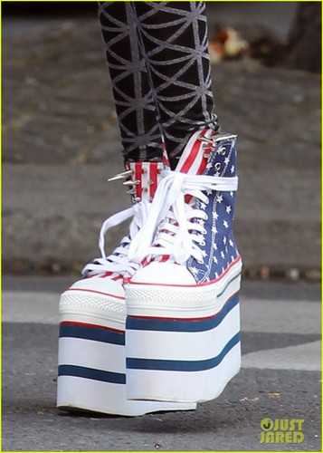 Willow Smith 壁纸 entitled Willow Smith: Stars & Stripes Sky-High Sneakers!