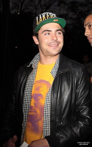 ZAC EFRON OUTSIDE STAPLES CENTER IN LOS ANGELES ON MAY 12