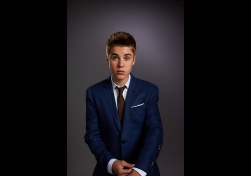 Justin Bieber wallpaper containing a business suit, a suit, and a three piece suit entitled cuteee biebzz