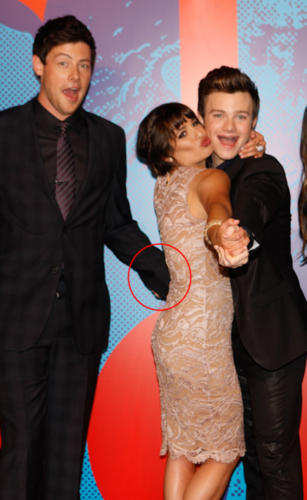 ♥Monfer holding hands♥ behind Lea LOL!!!! - cory-monteith-and-chris-colfer Photo