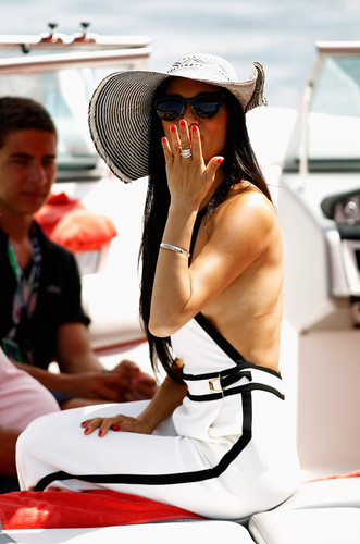 Arrives In The Paddock sa pamamagitan ng Motor Launch Before The Monaco Formula One Grand Prix [27 May 2012]