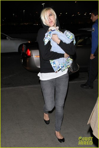 Ashlee Simpson & Vincent Piazza: Wednesday Walk with the Pup!