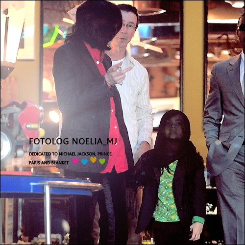 Blanket Jackson wallpaper containing a street entitled Blanket Jackson with his dad Michael Jackson ♥