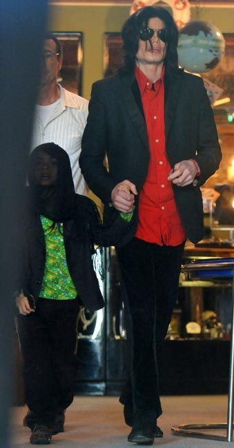 Blanket Jackson with his dad Michael Jackson ♥