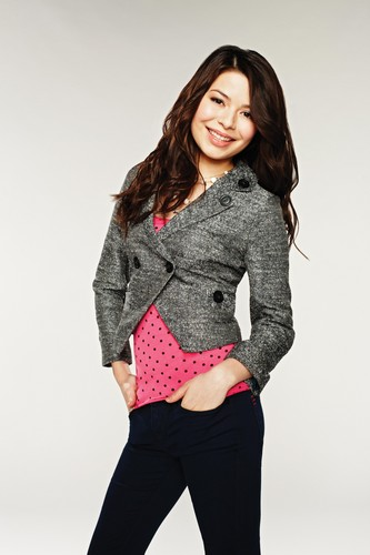 iCarly wallpaper containing a pullover and an outerwear called Carly