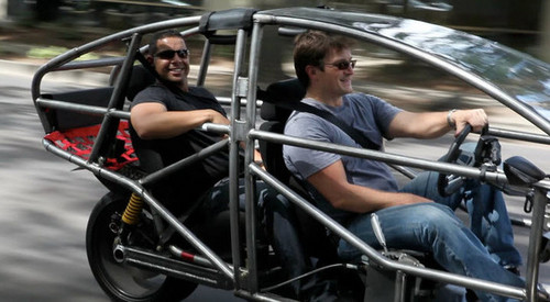 गढ़, महल Stars Nathan Fillion and Jon Huertas Go Joyriding (PHOTOS)