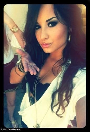 Demi Lovato karatasi la kupamba ukuta containing a portrait called Demi Lovato