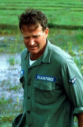 Robin Williams Hintergrund containing a green beret, fatigues, ermüden, ermüdet, kampfanzug, schlachtkleid, and schlacht-kleid titled Good Morning Vietnam