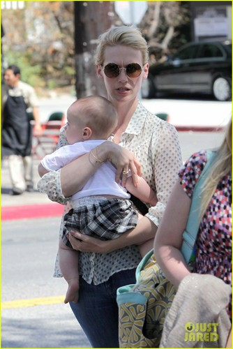 January Jones wallpaper containing a park bench called January Jones: Little Dom's Lunch with Xander!