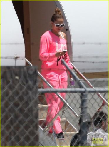 Jennifer Lopez: Hot kulay-rosas Private Plane Arrival