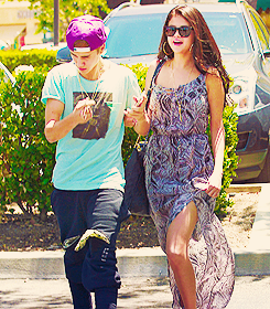 Justin Bieber und Selena Gomez Hintergrund probably containing sunglasses titled Justin Bieber & Selena Gomez: Movie Date!