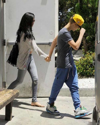 Justin Bieber & girlfriend Selena Gomez (26 May) - justin-bieber Photo