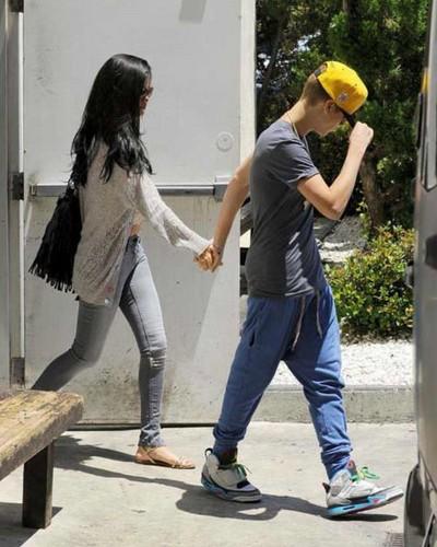 Justin Bieber & girlfriend Selena Gomez (26 May)