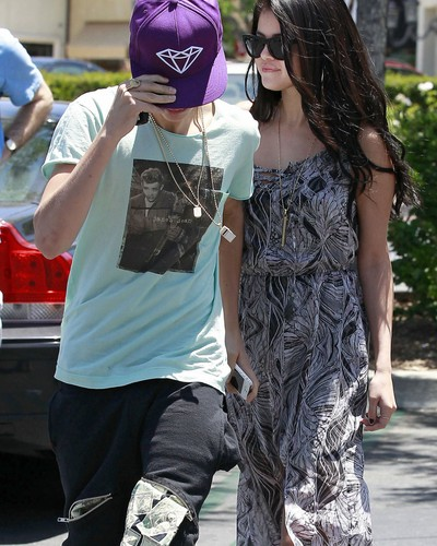 Justin pissed off..Paparazzi  - justin-bieber Photo