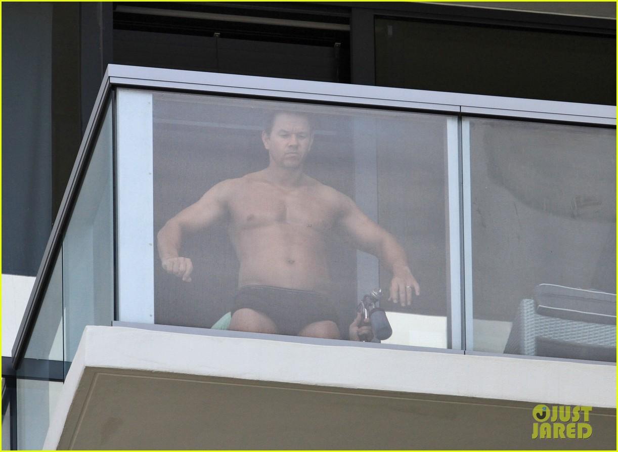 Mark Wahlberg: Shirtless Spray Tan!