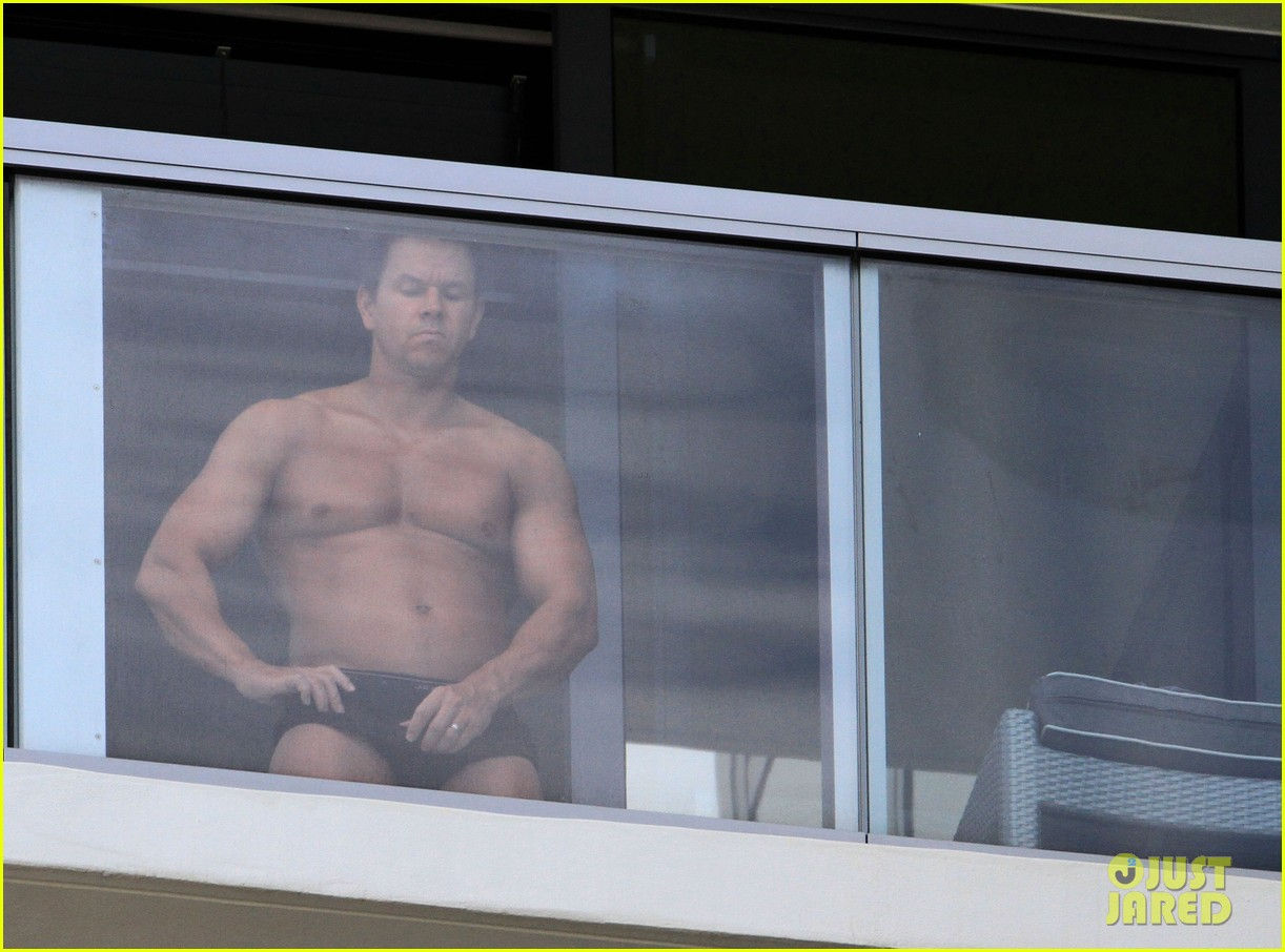 Mark Wahlberg: Shirtless Spray Tan!