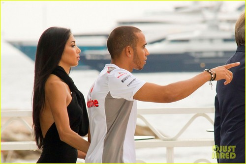 Nicole Scherzinger: নৌকা Ride with Lewis Hamilton
