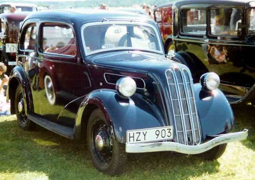 Zufällig Hintergrund probably containing a hot rod, a sedan, and a coupe, coupé titled Old Ford cars