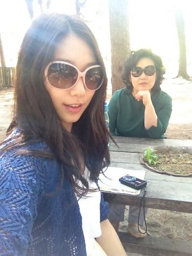 Park Shin Hye wallpaper with sunglasses titled Park shin hye with her mom