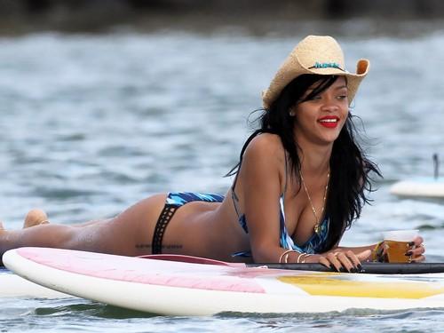 Rihanna wallpaper containing a snap brim hat titled RiRi